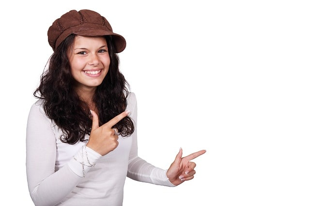 笑顔で指差す女性