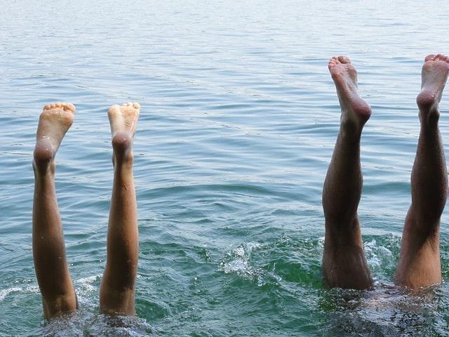 男女で海で遊んでいる