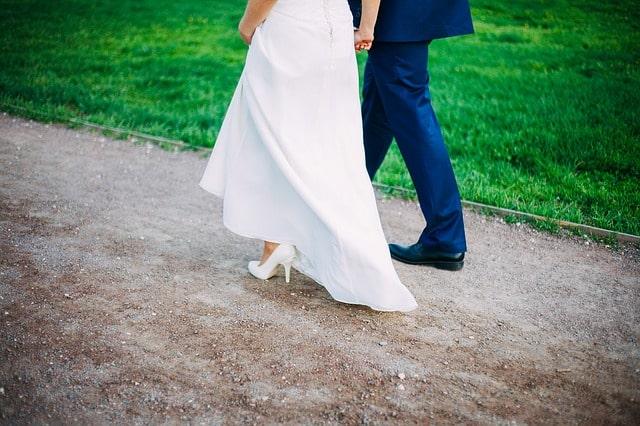 婚約者と歩いている様子