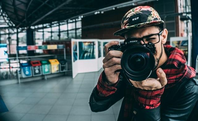 探偵カメラマンが不倫の徹底的瞬間をカメラに納めている様子
