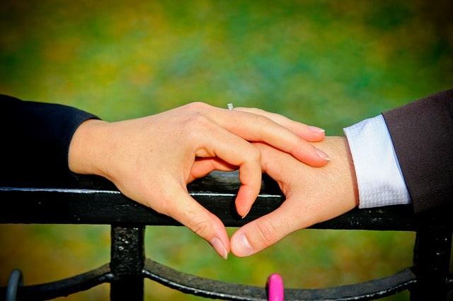 愛を誓うカップルの手