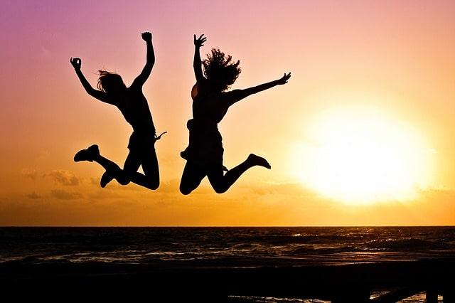 飛び跳ねる二人