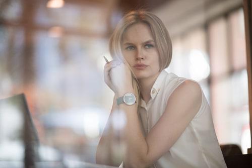 考え事をしている女性の画像