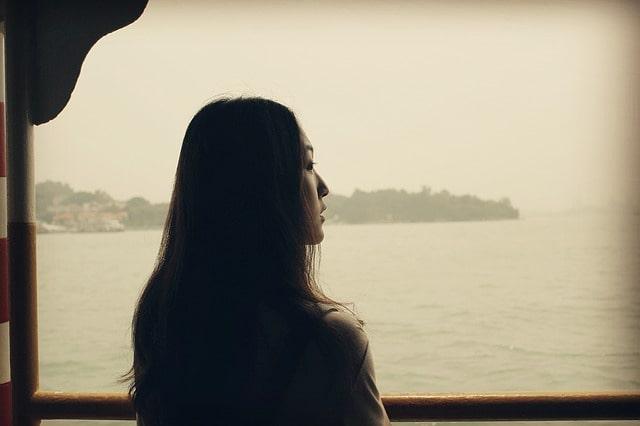 川を見る女性