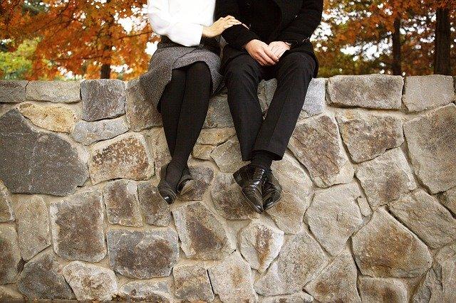 石の上に座る男女