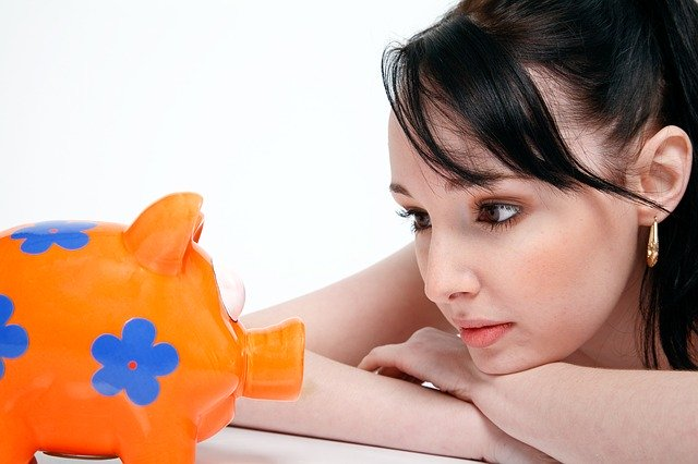 貯金箱を見る女性