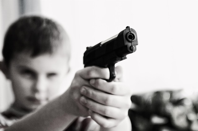銃を向ける子供