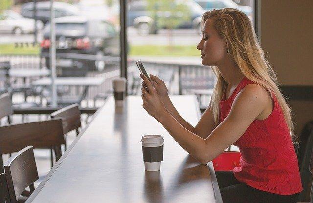 携帯をみる女性